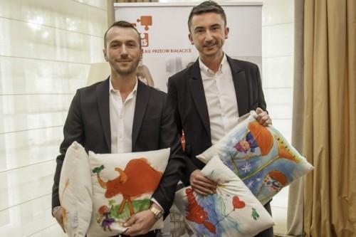 Koce i poduszki sygnowane przez projektantów Paprocki&Brzozowski w sklepach sieci Biedronka