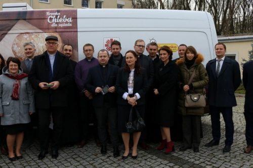 Biedronka przekazuje Caritas Polska samochody do przewożenia żywności