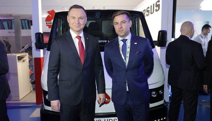 Prezydent Andrzej Duda za kierownicą ELVI