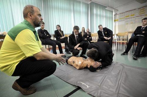 LUX MED uczy młodzież pierwszej pomocy