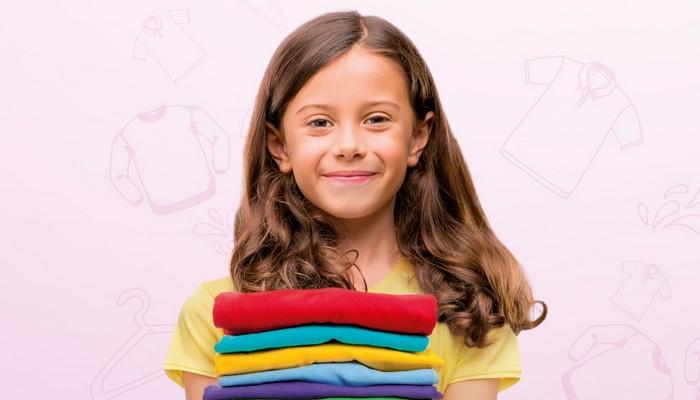 dziewczynka z ubraniami