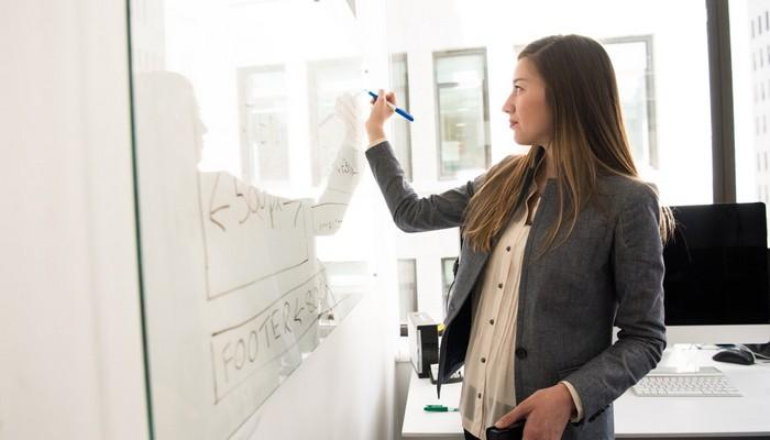 Kobieta pisze na tablicy