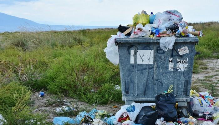kosz przepełniony śmieciami